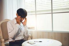 Τα Menopausal άτομα πάσχουν από τους πονοκέφαλους στοκ εικόνα με δικαίωμα ελεύθερης χρήσης