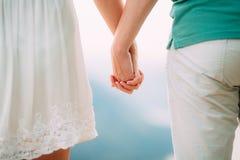 Τα newlyweds κρατούν τα χέρια κράτημα χεριών ζευγών Γάμος σε Monte Στοκ φωτογραφία με δικαίωμα ελεύθερης χρήσης