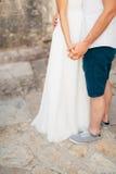 Τα newlyweds κρατούν τα χέρια κράτημα χεριών ζευγών Γάμος σε Monte Στοκ Εικόνες