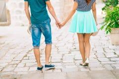 Τα newlyweds κρατούν τα χέρια κράτημα χεριών ζευγών Γάμος σε Monte Στοκ εικόνες με δικαίωμα ελεύθερης χρήσης