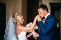 Τα newlyweds περπατούν στο πάρκο στη ημέρα γάμου Η νύφη και ο νεόνυμφος που απολαμβάνουν στη ημέρα γάμου ηλιόλουστος καιρός στοκ εικόνες