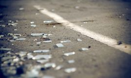 Τα shards του αυτοκίνητου γυαλιού στο ατύχημα στοκ φωτογραφία