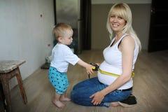 Τα sonny μέτρα το μέγεθος ενός στομαχιού της έγκυου μητέρας Στοκ Εικόνες