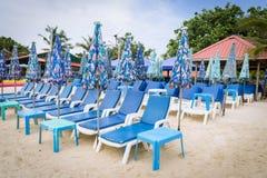 Τα sunbeds στην παραλία στοκ φωτογραφία με δικαίωμα ελεύθερης χρήσης