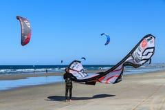 Τα surfers ικτίνων στην παραλία, τοποθετούν Maunganui, Νέα Ζηλανδία στοκ εικόνα με δικαίωμα ελεύθερης χρήσης