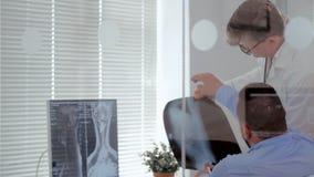 Τα transplantologists γιατρών μελετούν τον των ακτίνων X ασθενή και εντοπίζουν την ασθένεια εγκεφάλου φιλμ μικρού μήκους