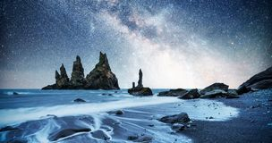 Τα Troll βράχου toe Απότομοι βράχοι Reynisdrangar μαύρη άμμος παραλιών Ισλανδία στοκ φωτογραφίες με δικαίωμα ελεύθερης χρήσης