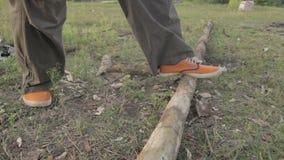 Τα Unrecognizable τεμαχίζοντας ξύλα ατόμων υπαίθρια και έπειτα το σπάζουν απόθεμα βίντεο