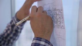 Τα Unrecognizable χέρια αρχιτεκτόνων που λειτουργούν με το σκίτσο, σχέδιο, προγραμματίζουν κοντά στο φωτεινό καθαρό γραφείο το πα απόθεμα βίντεο