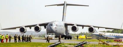 Τα USAF Boeing γ-17 Globemaster ΙΙΙ που προετοιμάζονται για να μετακινηθούν με ταξί κατά τη διάρκεια του αέρα ILA το 2008 παρουσι Στοκ Εικόνα