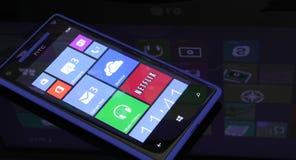 Τα Windows τηλεφωνούν σε 8 με τα Windows 8 στην αντανάκλαση Στοκ φωτογραφία με δικαίωμα ελεύθερης χρήσης