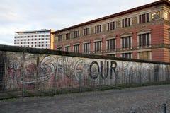 Τείχος του Βερολίνου με το μήνυμα «εκτός από των πλανητών μας» Στοκ φωτογραφία με δικαίωμα ελεύθερης χρήσης
