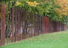 Τείχος του Βερολίνου αναμνηστική Γερμανία με τους δείκτες σιδήρου το φθινόπωρο Στοκ φωτογραφίες με δικαίωμα ελεύθερης χρήσης