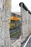 Τείχος του Βερολίνου στην τοπογραφία μουσείων του λεωφορείου τρόμου και επίσκεψης, στοκ φωτογραφίες