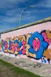 Τείχος του Βερολίνου/στοά ανατολικών πλευρών με τα γκράφιτι του Βερολίνου Στοκ Φωτογραφίες