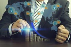 τεθειμένα επιχειρηματίας χρήματα στο σωρό των νομισμάτων Στοκ φωτογραφία με δικαίωμα ελεύθερης χρήσης