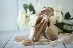 Τεθειμένα παπούτσια Pointe στο φυσικό φως Στοκ εικόνα με δικαίωμα ελεύθερης χρήσης