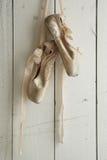 Τεθειμένα παπούτσια Pointe στο φυσικό φως Στοκ φωτογραφίες με δικαίωμα ελεύθερης χρήσης