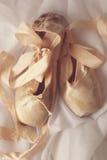 Τεθειμένα παπούτσια Pointe στο φυσικό φως Στοκ Εικόνες