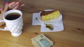 Τεθειμένα χέρια χρήματα για το πρόγευμα σε έναν καφέ απόθεμα βίντεο