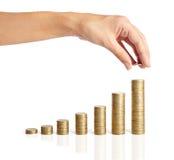 Τεθειμένα χέρι νομίσματα στη στοίβα των νομισμάτων Στοκ Φωτογραφία