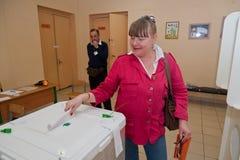 Τεθειμένη γυναίκα ψήφος εκλογής με τους υποψηφίους για το δήμαρχο Mosco Στοκ εικόνα με δικαίωμα ελεύθερης χρήσης