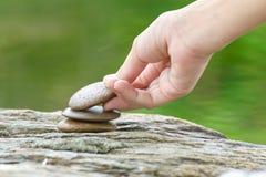 Τεθειμένη χέρι πέτρα που χτίζει έναν σωρό των πετρών zen Στοκ Εικόνες