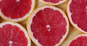 Τεθειμένος ένα φρούτα ενώ γκρέιπφρουτ που περιστρέφονται, τοπ άποψη απόθεμα βίντεο