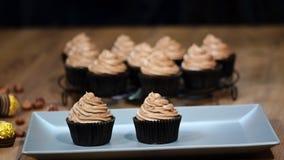 Τεθειμένος σε μια σοκολάτα κύπελλων cupcakes φιλμ μικρού μήκους