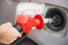 Τεθειμένος στη βενζίνη στο αυτοκίνητο στοκ εικόνες