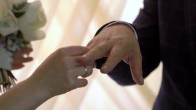 Τεθειμένος στο γαμήλιο δαχτυλίδι απόθεμα βίντεο
