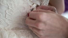 Τεθειμένος στο γαμήλιο φόρεμα απόθεμα βίντεο