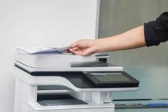 Τεθειμένο άτομο έγγραφο για τον εκτυπωτή για την ανίχνευση και την αντιγραφή στην αρχή στοκ εικόνες