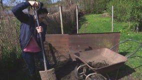 Τεθειμένο γυναίκα χώμα wheelbarrow φιλμ μικρού μήκους
