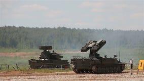 Τεθωρακισμένα οχήματα στο πολύγωνο Sa-13 γοπχερ Sa-19 Grison απόθεμα βίντεο