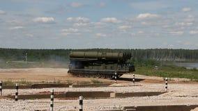 Τεθωρακισμένα οχήματα στο πολύγωνο Sa-12 Gladiator απόθεμα βίντεο
