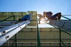 Τελείωμα των ηλιακών πλαισίων που τοποθετούν την εργασία από την ομάδα εργαζομένων επαγγελματιών στοκ εικόνες