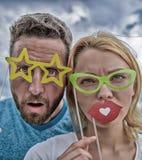 Τελειοποιήστε για τη διασκέδαση φωτογραφιών Αστείο ζεύγος στα στηρίγματα κομμάτων photobooth Το ζεύγος ερωτευμένο απολαμβάνει το  στοκ φωτογραφίες με δικαίωμα ελεύθερης χρήσης