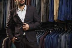 Τελειοποιήστε στην τελευταία λεπτομέρεια Σύγχρονος επιχειρηματίας Πυροβολισμός μόδας ενός όμορφου νεαρού άνδρα στο κομψό κλασικό  Στοκ Φωτογραφίες