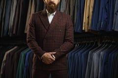 Τελειοποιήστε στην τελευταία λεπτομέρεια Σύγχρονος επιχειρηματίας Πυροβολισμός μόδας ενός όμορφου νεαρού άνδρα στο κομψό κλασικό  Στοκ φωτογραφία με δικαίωμα ελεύθερης χρήσης