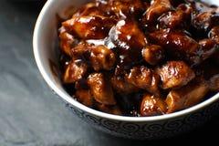 Τελειωμένα κομμάτια του στήθους κοτόπουλου στη σάλτσα teriyaki ασιατική κουζίνα Στοκ Φωτογραφίες