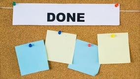 Τελειωμένος πίνακας προγράμματος στόχων τις κενές post-it σημειώσεις που καρφώνονται με σε το στοκ φωτογραφίες με δικαίωμα ελεύθερης χρήσης
