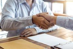 Τελειώνοντας επάνω μια συνεδρίαση, χειραψία δύο ευτυχών επιχειρηματιών μετά από το συμφωνητικό σύμβασης για να γίνει συνεργάτης,  στοκ εικόνες με δικαίωμα ελεύθερης χρήσης