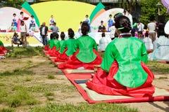 τελετής παραδοσιακές γυναίκες τσαγιού φορεμάτων κορεατικές Στοκ Εικόνες