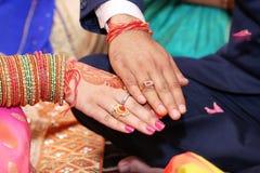 Τελετή δαχτυλιδιών που γίνεται για μεταξύ τους στοκ εικόνα με δικαίωμα ελεύθερης χρήσης