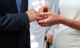 Τελετή δαχτυλιδιών σε έναν γάμο στοκ εικόνα
