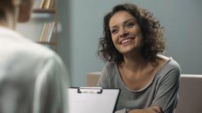 Τελευταία σύνοδος της θεραπείας rehab, χαμογελώντας γυναίκα που μιλά με τον ψυχολόγο στην κλινική απόθεμα βίντεο