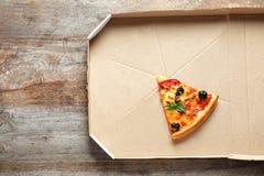 Τελευταία φέτα της νόστιμης πίτσας στο κουτί από χαρτόνι στοκ φωτογραφίες