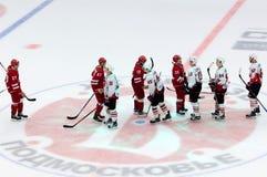 Τελευταίο handshakeof δύο ομάδες Στοκ φωτογραφία με δικαίωμα ελεύθερης χρήσης