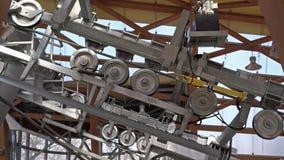 Τελεφερίκ μηχανισμός μετάλλων με τις περιστρεφόμενες ρόδες Ανυψωτικός ανελκυστήρας στο βουνό απόθεμα βίντεο